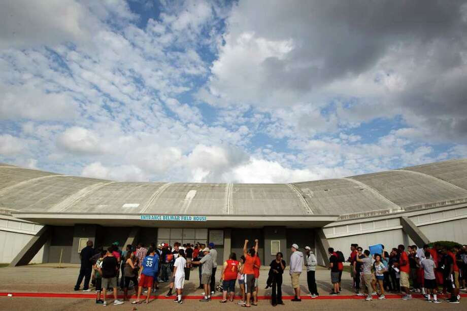 Basketball fans stand in a long line as they wait on the gates to open for the Houston Lockout Celebrity Basketball Game game at Delmar Fieldhouse on Sunday, Nov. 20, 2011, in Houston. Photo: Smiley N. Pool, Houston Chronicle / © 2011  Houston Chronicle