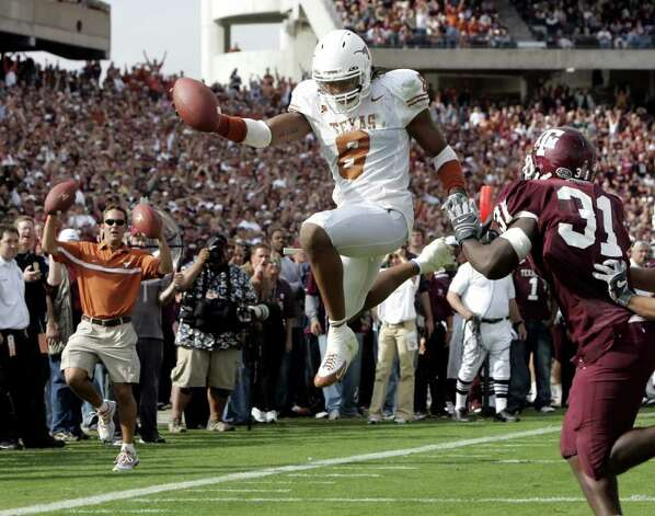 Texas Longhorns Cedric Griffin (C) leaps into the end zone for a touchdown on a blocked punt against Texas A&M during the third quarter action at Kyle Field in College Station, Texas November 25, 2005. The Longhorns defeated the Aggies 40-29 to finish the season undefeated.  REUTERS/Jeff Mitchell Photo: JEFF MITCHELL, REUTERS / X00193