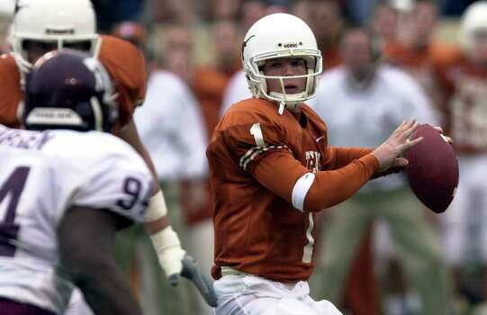 FOR SPORTS DAILY - Longhorns' Chris Simms (1) looks to pass against the Aggies' Friday Nov. 24, 2000 in Austin, Texas. PHOTO BY KRISTA J. NILES/SPECIAL TO E-N Photo: KRISTA J. NILES, EN / EN