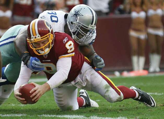 Cowboys nose tackle Jay Ratliff works to bring down Redskins quarterback Rex Grossman during the first half Sunday. Photo: PABLO MARTINEZ MONSIVAIS, ASSOCIATED PRESS