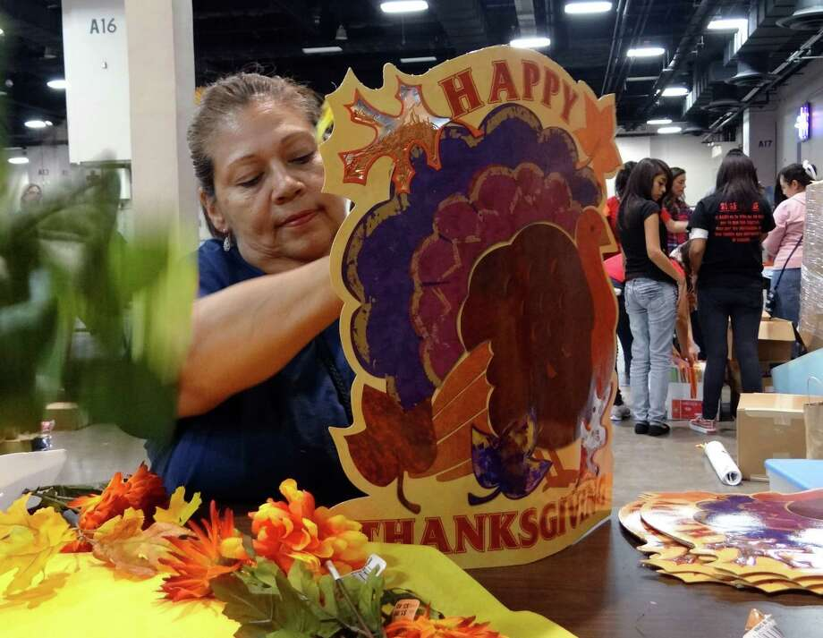Jeannette Flores creates a table centerpiece for last year's annual Raul Jimenez Thanksgiving Dinner at the  Convention Center. Photo: BILLY CALZADA, SAN ANTONIO EXPRESS-NEWS / gcalzada@express-news.net