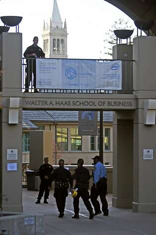 Police maintain the perimeter at the east entrance to the Haas School of Business where a shooting happened involving police and an armed suspect at UC Berkeley in Berkeley, Calif. on Tuesday Nov. 15, 2011. Photo: Tim Maloney, The Chronicle