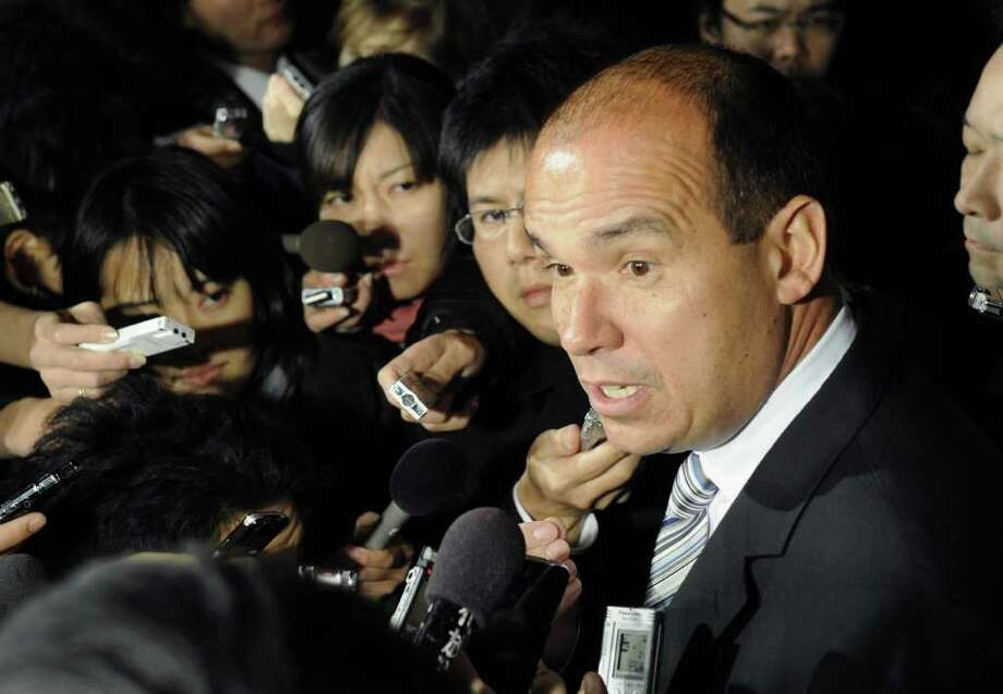 ASSOCIATED PRESS / KYODO NEWS OUSTED EXECUTIVE: Former Olympus Corp. CEO Michael Woodford is surrounded by the media after he visited the Tokyo Metropolitan Police Department on Thursday. / Kyodo News