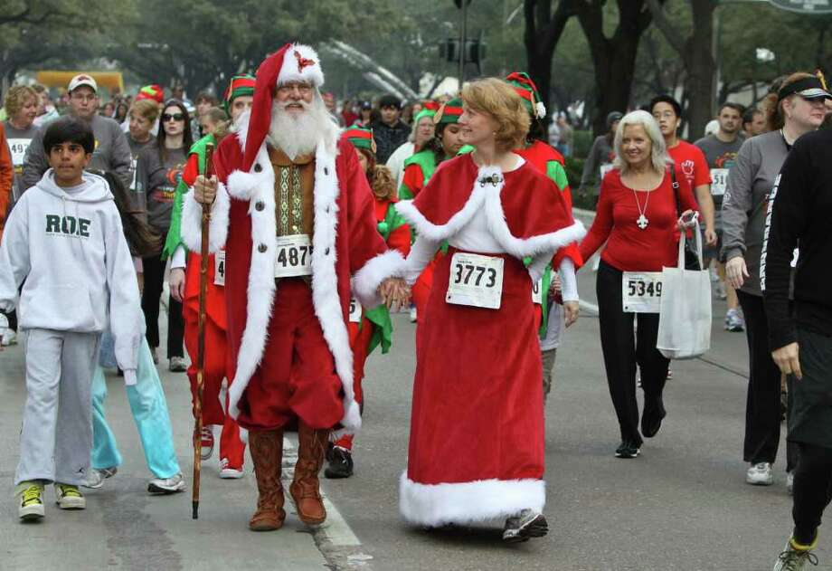 Donnie Spiers and Marjean Gordon as Santa and Mrs. Claus before the 5K start at the Turkey Trot fun run. Photo: Gary Fountain, For The Chronicle / Copyright 2011 Gary Fountain