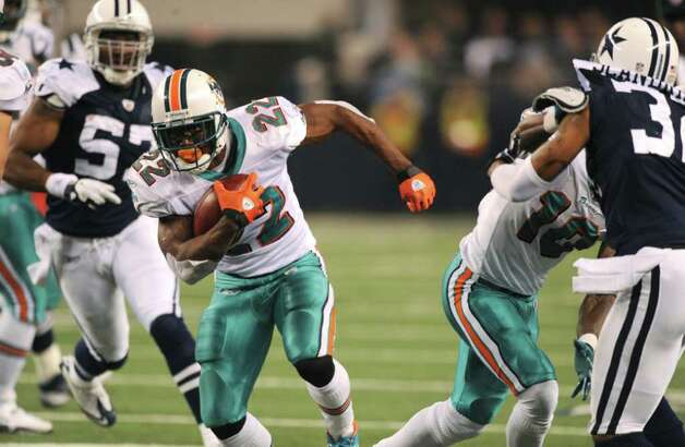 Running back Reggie Bush of Miami runs for yardage against the Cowboys during second-half NFL action at Cowboys Stadium on Thanksgiving Day, Nov. 24, 2011. BILLY CALZADA / gcalzada@express-news.net
