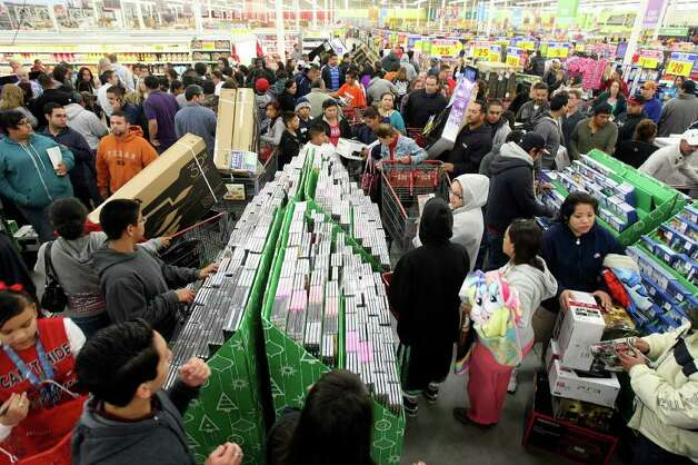 Shoppers fill H-E-B Plus! for Black Friday sales on Friday, Nov. 25, 2011. More than 2,500 people lined up outside waiting for the doors to open at 4 a.m. Photo: HELEN L. MONTOYA, San Antonio Express-News / SAN ANTONIO EXPRESS-NEWS