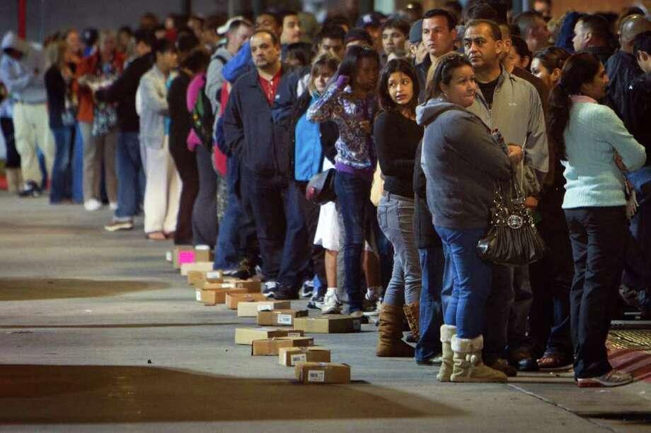Clientes de la tienda Target  esperaron en fila frente a la puerta principal de la tienda en Sawyer Street, en Houston, para tratar de aprovechar las ofertas del llamado Black Friday tras la celebración del día de Acción de Gracias. Photo: Smiley N. Pool / © 2011 Houston Chronicle