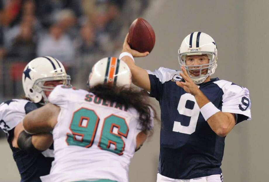 Cowboys QB Tony Romo has had a tough time in December during his career, throwing 20 interceptions and compiling an 80.3 passer rating. Photo: BILLY CALZADA, SAN ANTONIO EXPRESS-NEWS / gcalzada@express-news.net