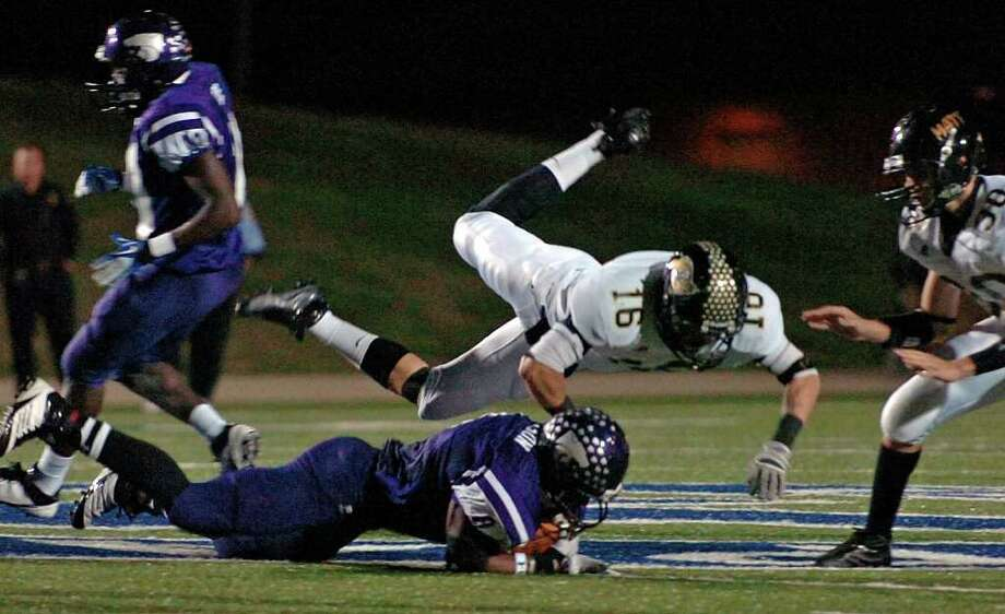 Vidor's Austin Powell assists in tackling a Wildcats runner at Galena Park Stadium Friday night. Photo: Guiseppe Barranco, Guiseppe Barranco/The Enterprise / The Beaumont Enterprise