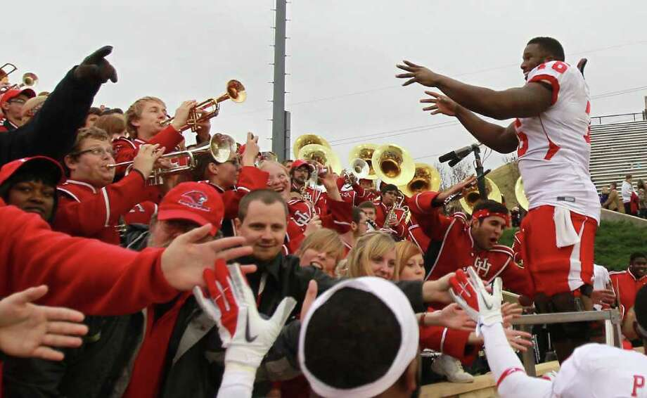 SWEET MUSIC: UH lineman Jacolby Ashworth leads the band in the school fight song after Friday's 48-16 victory over Tulsa. Photo: Nick De La Torre / © 2011  Houston Chronicle
