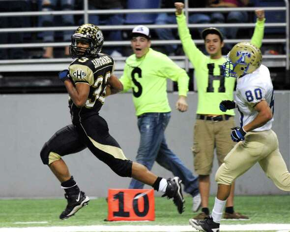 Daniel Brooks Port Lavaca Calhoun runs for a first-half touchdown during Class 4A Region IV Division II playoff action against Kerrville Tivy at the Alamodome on Friday, Nov. 25 2011. BILLY CALZADA / gcalzada@express-news.net   Kerrville Tivy vs. Port Lavaca Calhoun Photo: BILLY CALZADA, Express-News / gcalzada@express-news.net