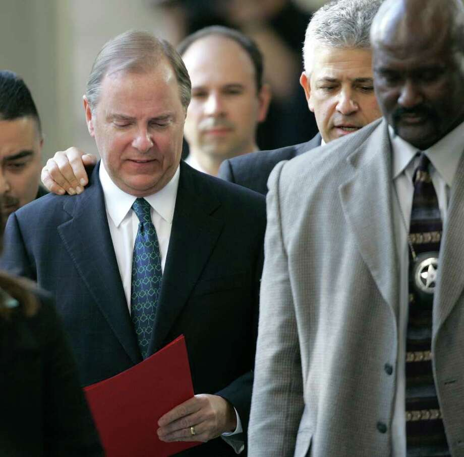 Attorney Daniel Petrocelli, second from right, speaks with former Enron CEO Jeff Skilling as they leave the federal courthouse after Skilling was sentenced in 2006. Photo: DAVID J. PHILLIP / AP