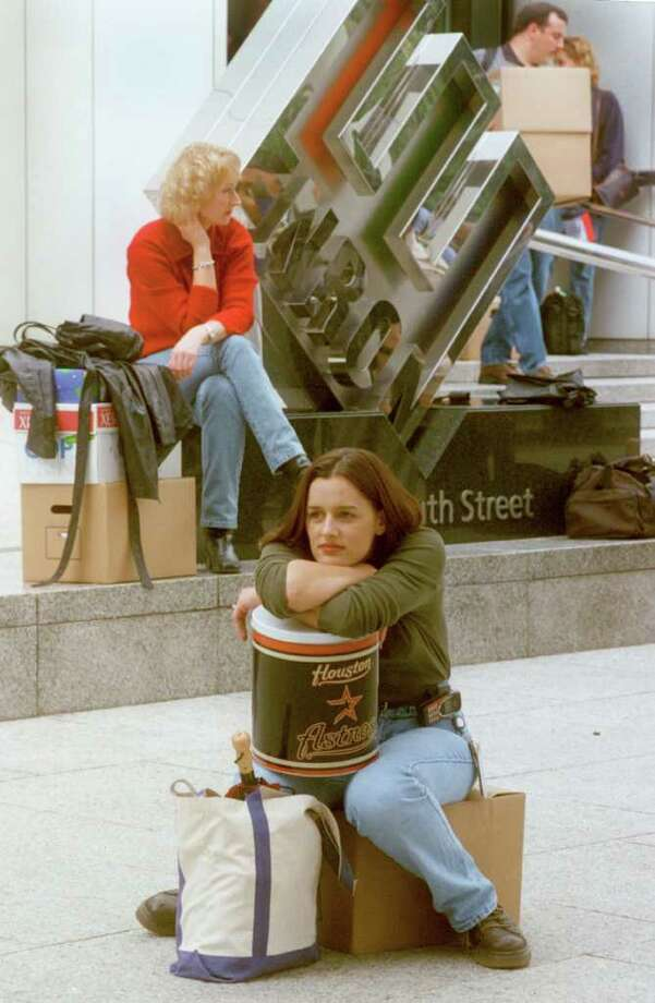 Meredith Stewart waits for her ride after Enron laid off her and thousands of others in the wake of its bankruptcy filing in 2001. Photo: Carlos Antonio Rios / Houston Chronicle
