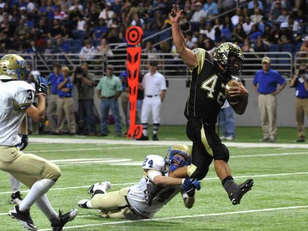 Port Lavaca Calhoun's Brandon Griffith scores as Alan Young of Kerrville Tivy chases during second-half Class 4A Region IV Division II playoff action at the Alamodome on Friday, Nov. 25 2011. BILLY CALZADA / gcalzada@express-news.net   Kerrville Tivy vs. Port Lavaca Calhoun Photo: BILLY CALZADA, Express-News / gcalzada@express-news.net