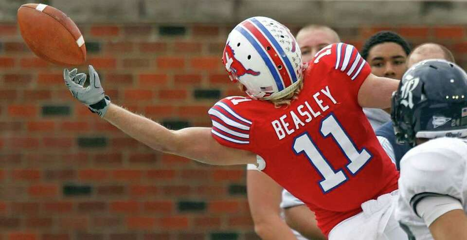 SMU WR Cole Beasley (11) stretches out but can't quite get to a first-quarter pass during the SMU Mu