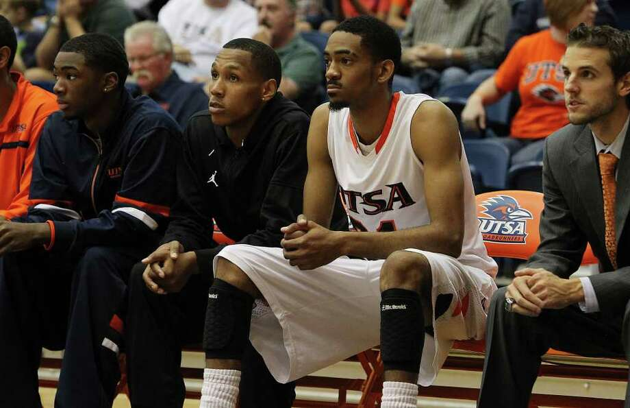 UTSA's Melvin Johnson, III (second from right) sits on the bench in the closing moments of the game against Pepperdine in men's college basketball at UTSA on Saturday, Nov. 26, 2011. UTSA lost to Pepperdine, 64-70, in overtime. Photo: KIN MAN HUI, ~ / SAN ANTONIO EXPRESS-NEWS
