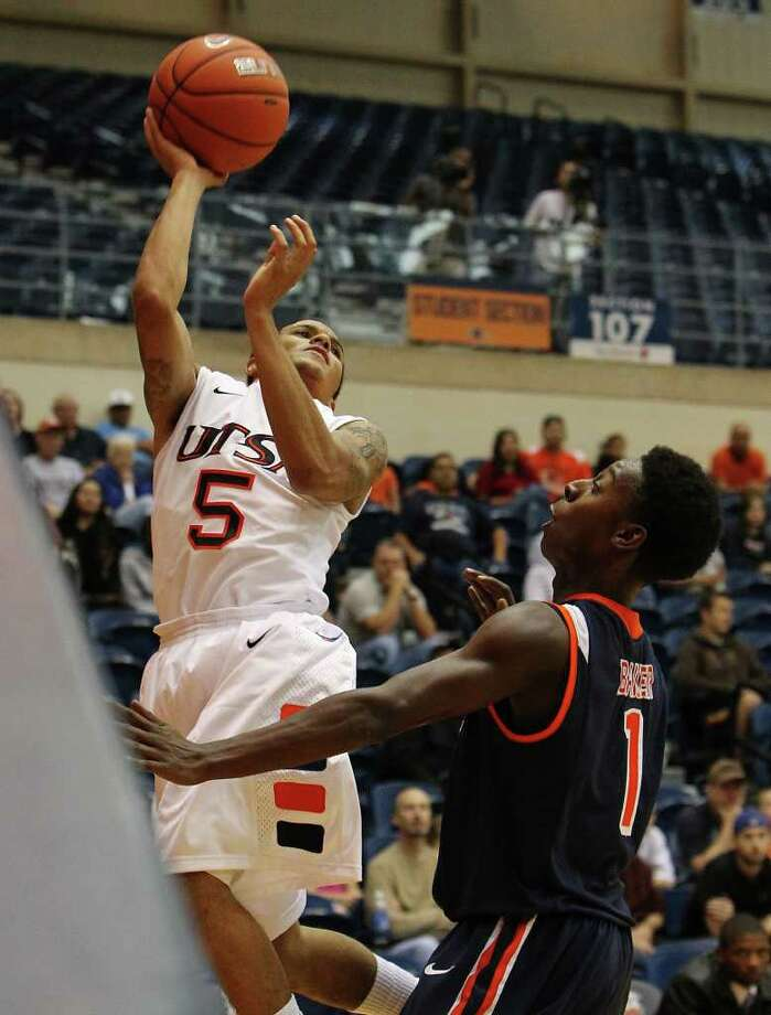 UTSA's Michael Hale, III (05) attempts a shot against Pepperdine's Jordan Baker (01) in men's college basketball at UTSA on Saturday, Nov. 26, 2011. UTSA loses to Pepperdine, 64-70, in overtime. Photo: KIN MAN HUI, ~ / SAN ANTONIO EXPRESS-NEWS