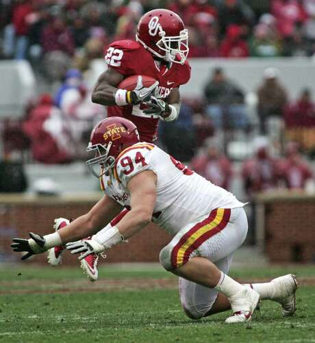 BRETTY DEERING: GETTY IMAGES EMPTY FEELING: Iowa State defensive tackle Jake McDonough is left grasping at air after a shifty move by Oklahoma running back Roy Finch. Photo: Brett Deering / 2011 Getty Images