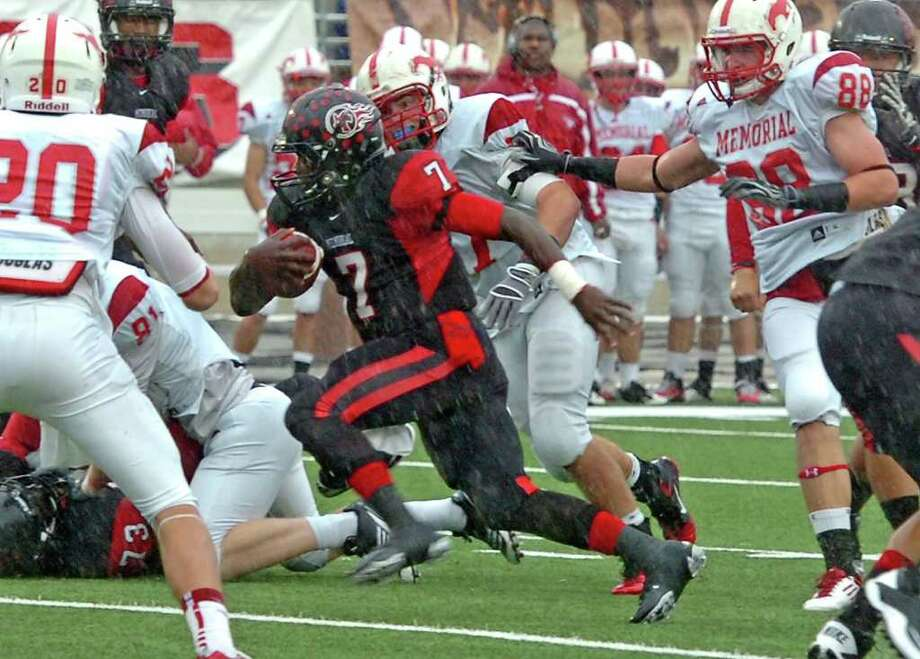 GUISEPPE BARRANCO: BEAUMONT ENTERPRISE ON THE RUN: Port Arthur Memorial's Terrence Singleton picks up some of his 181 yards rushing in Saturday's Class 5A playoff game against Memorial. He also had two touchdowns. Photo: Guiseppe Barranco / The Beaumont Enterprise