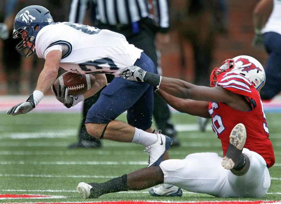 LOUIS DeLUCA: DALLAS MORNING NEWS SPINNING HIS WHEELS: Rice's Andre Gautreaux fails to break free from Ja'Gared Davis. Photo: Louis DeLuca / Louis DeLuca/The Dallas Morning News