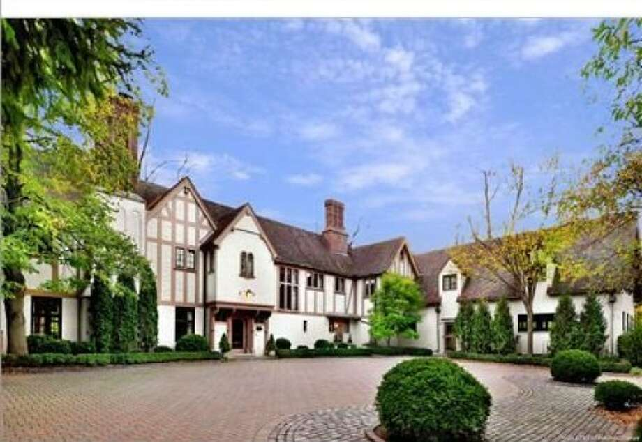 An expansive look at the front of the home, which features an enormous circular driveway. Photo: ColdwellBankerOnline.com