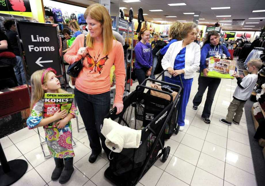GARY EMORD-NETZLEY : ASSOCIATED PRESS BLACK FRIDAY: Emma Howe, left,  and her mother, Laurie Howe, shop in Owensboro, Ky. Photo: Gary Emord-Netzley / Messenger-Inquirer