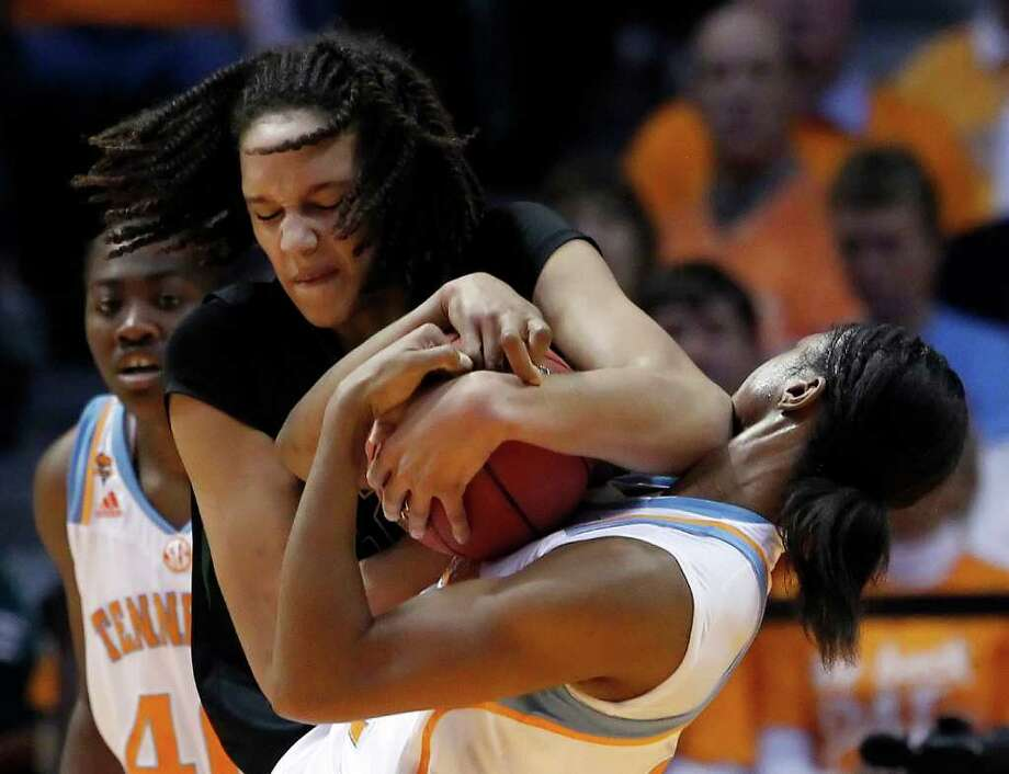 WADE PAYNE: ASSOCIATED PRESS GETTING PUSHY: Baylor's Brittney Griner, left, shows her physical side in a wrestling match with Tennessee's Vicki Baugh. Photo: Wade Payne / FR23601 AP