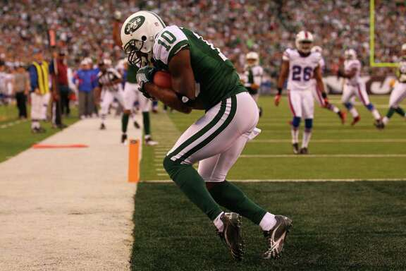 AL BELLO: GETTY IMAGES ON HIS TOES: Jets receiver Santonio Holmes gets both feet down as he hauls in the go-ahead touchdown pass from Mark Sanchez in the fourth quarter Sunday.