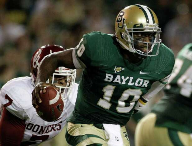 Baylor quarterback Robert Griffin III (10) is chased out of the pocket by Oklahoma linebacker Corey Nelson (7) in the first half of an NCAA college football game on Saturday, Nov. 19, 2011, in Waco, Texas. Photo: AP