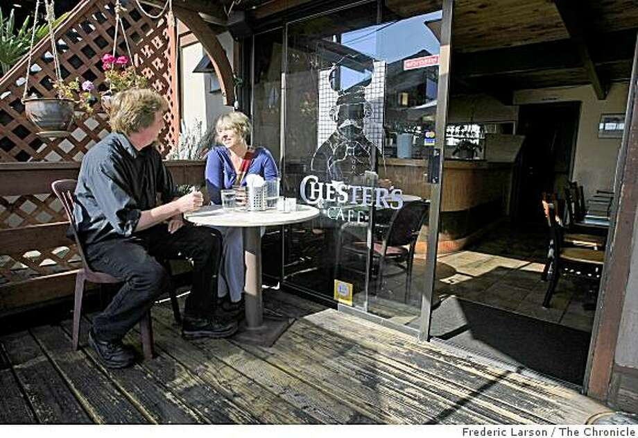 Celu Hamer Stone (cq) (right) and Hugh Dunway have a conversation on the roof garden of Chester's Bay View Cafe and Tapas Bar located at 1508 Walnut St. in Berkeley, Calif., on July 1, 2009. Photo: Frederic Larson, The Chronicle