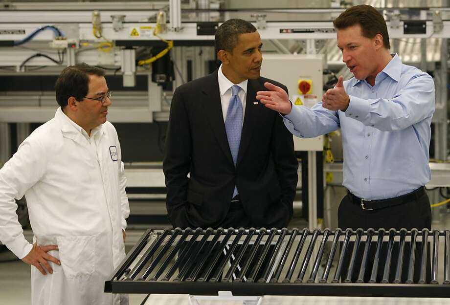 Ben Bierman (left) and Chris Gronet (right) expalin solar technology to President Obama on a tour of the Solyndra solar panel company in Fremont, Calif., on Wednesday, May 26, 2010. Photo: Paul Chinn, The Chronicle 2010