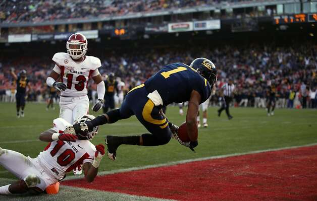 Cal's Marvin Jones catches a touchdown pass from Zach Maynard, in front of Fresno State Isaiah Green in the third quarter of their season opener played at San Francisco's Candlestick Park Saturday September 3, 2011. Photo: Lance Iversen, The Chronicle