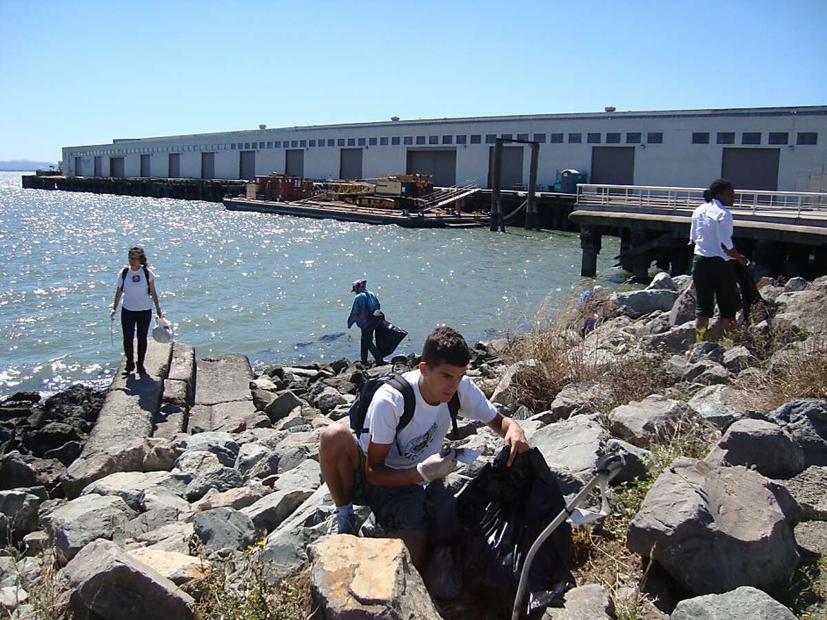 Sea Scavenger volunteers fan out on the southeastern shoreline of San Francisco for a recent cleanup.