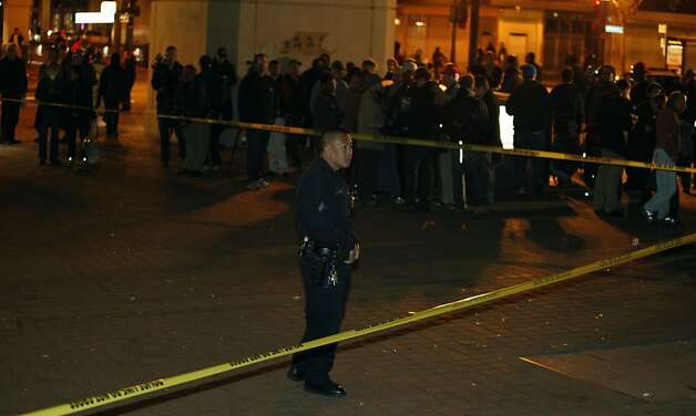 Oakland Police guard the shooting scene at the southeast corner of Frank Ogawa Place the scene of a fatal shooting Thursday November 10, 2011 Photo: Lance Iversen, The Chronicle