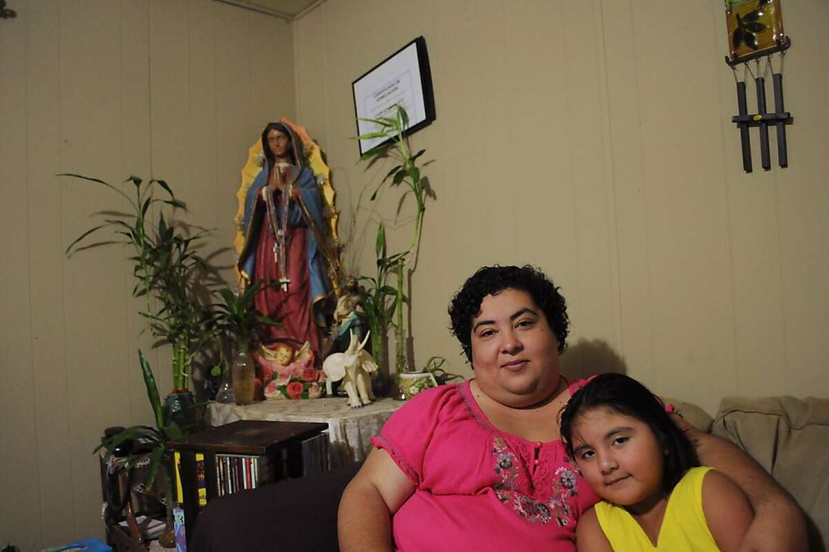 Elisa Guevara with her daughter Yhamilee Ramirez, 5, in their mobile home at Hernandez Mobile Home Park. Carlos Puma for California Watch