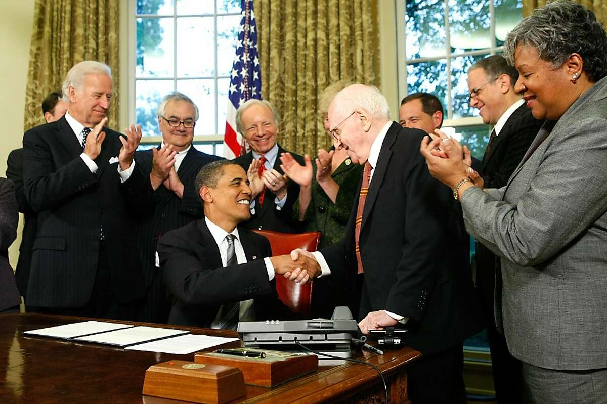 WASHINGTON - JUNE 17: U.S. President Barack Obama shakes hands with gay rights activist Frank Kameny (3R) after he signed a memorandum on federal benefits and non-discrimination as (L-3L) Vice President Joseph Biden, Rep. Barney Frank (D-MA), and Sen. Joseph Lieberman (I-CT) look on in the Oval Office of the White House June 17, 2009 in Washington, DC. Obama signed the memorandum to extend benefits to same-sex partners of federal employees. (Photo by Alex Wong/Getty Images) Ran on: 06-18-2009 President Obama shakes hands with gay rights activist Frank Kameny after signing a memorandum on federal benefits as Vice President Joe Biden (from left), Rep. Barney Frank, D-Mass., and Sen. Joe Lieberman (independent-Conn.) look on. Ran on: 06-18-2009 President Obama shakes hands with gay rights activist Frank Kameny after signing a memorandum on federal benefits as Vice President Joe Biden (from left), Rep. Barney Frank, D-Mass., and Sen. Joe Lieberman (independent-Conn.) look on. Ran on: 12-04-2010 President Obama congratulates gay rights activist Frank Kameny after signing an agreement in 2009 to extend federal benefits to same-sex partners of federal employees.