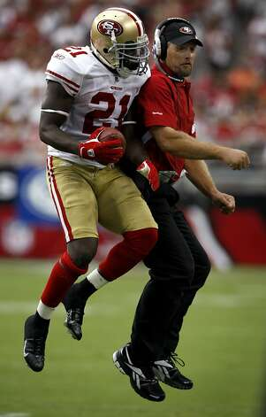 Frank Gore bumps with running backs coach Tom Rathman while they celebrate Gore's touchdown in the second quarter of the San Francisco 49ers vs. Arizona Cardinals NFL game in Glendale, Ariz., on Sunday, Sept. 13, 2009. Photo: Paul Chinn, The Chronicle