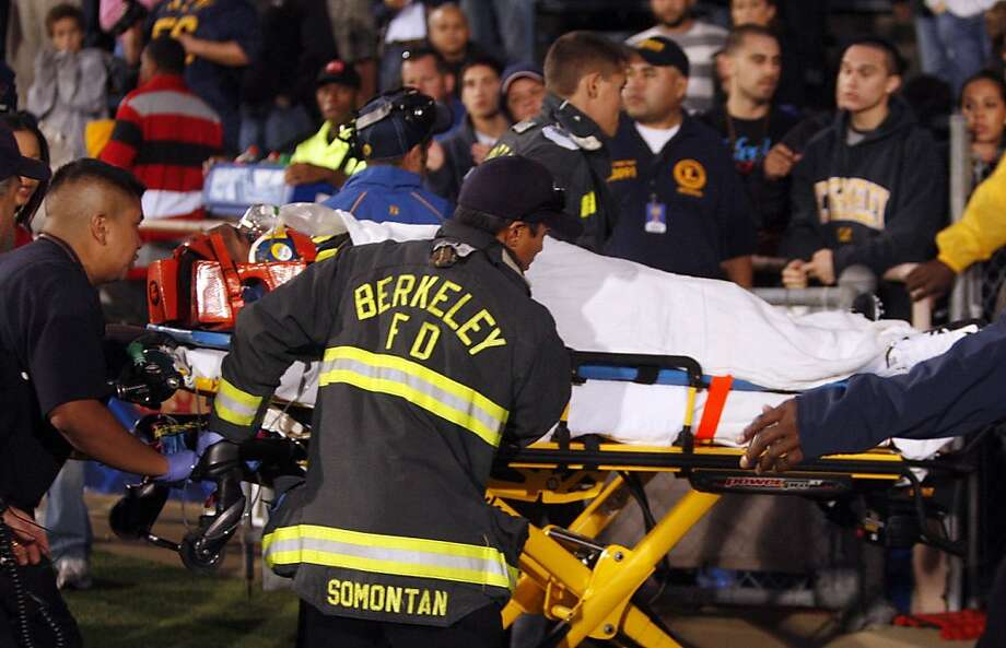 California's Jahvid Best is removed from the field on a gurney after injuring himself while scoring against Oregon State during the first half of an NCAA college football game Saturday, Nov. 7, 2009, in Berkeley, Calif. (AP Photo/Ben Margot)   Ran on: 11-08-2009 Cal running back Jahvid Best is removed from the field on a stretcher in the second quarter. He was diagnosed with a concussion. Ran on: 11-08-2009 Cal running back Jahvid Best is removed from the field on a stretcher in the second quarter. He was diagnosed with a concussion. Photo: Ben Margot, AP