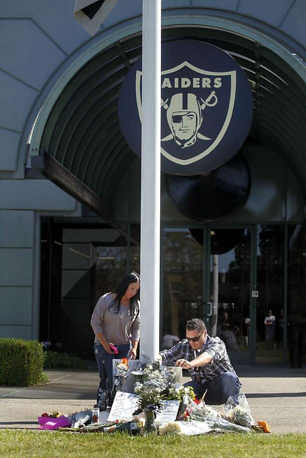 A memorial is growing in front of the Oakland Raiders offices after Al Davis, the Raiders managing general partner who lead his team to three super Bowl titles, died Saturday October 8, 2011. He was 82. Photo: Lance Iversen, The Chronicle