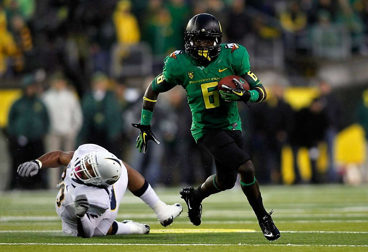 EUGENE, OR - OCTOBER 06: DeAnthoy Thomas #5 of the Oregon Ducks breaks a tackled attempt by Mychal Kendricks #30 of the California Golden Bears to run for a touchdown in the 1st quarter on October 6, 2011 at the Autzen Stadium in Eugene, Oregon. (Photo by Jonathan Ferrey/Getty Images)