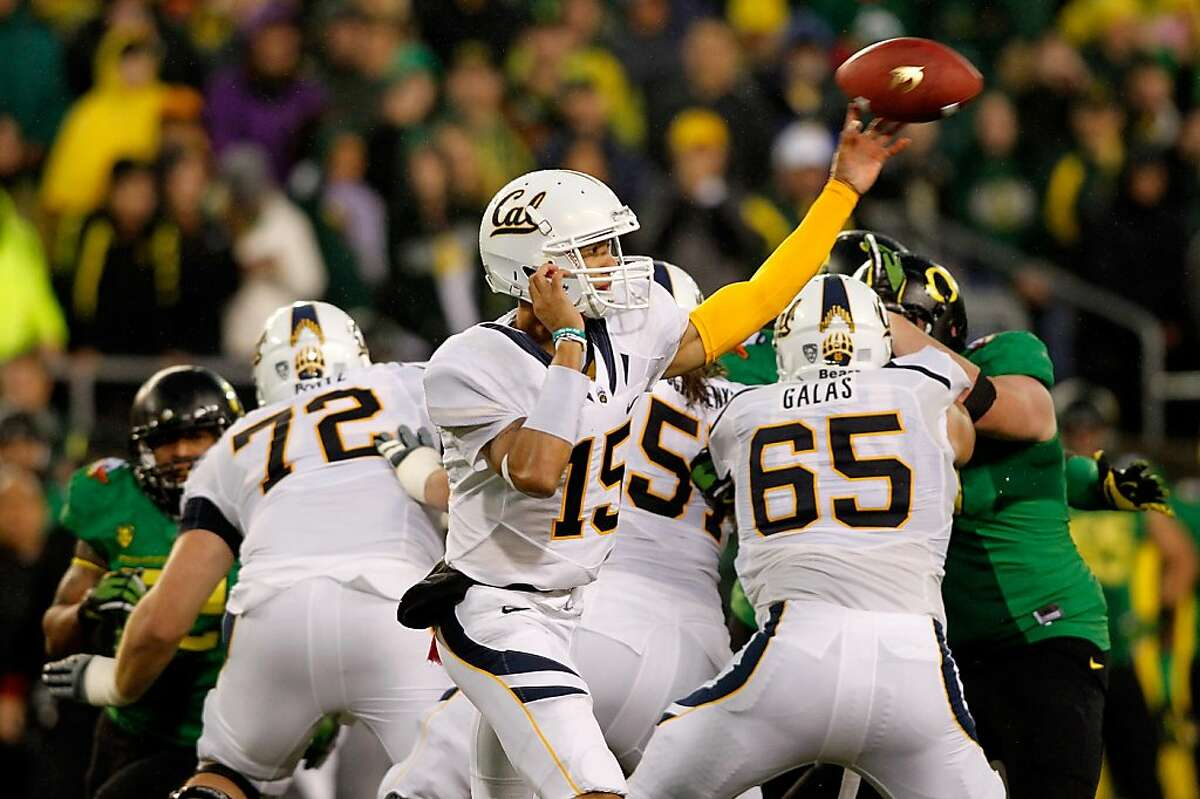 EUGENE, OR - OCTOBER 06: Quarterback Zach Maynard #15 of the California Golden Bears throws a pass against the Oregon Ducks on October 6, 2011 at the Autzen Stadium in Eugene, Oregon. (Photo by Jonathan Ferrey/Getty Images)
