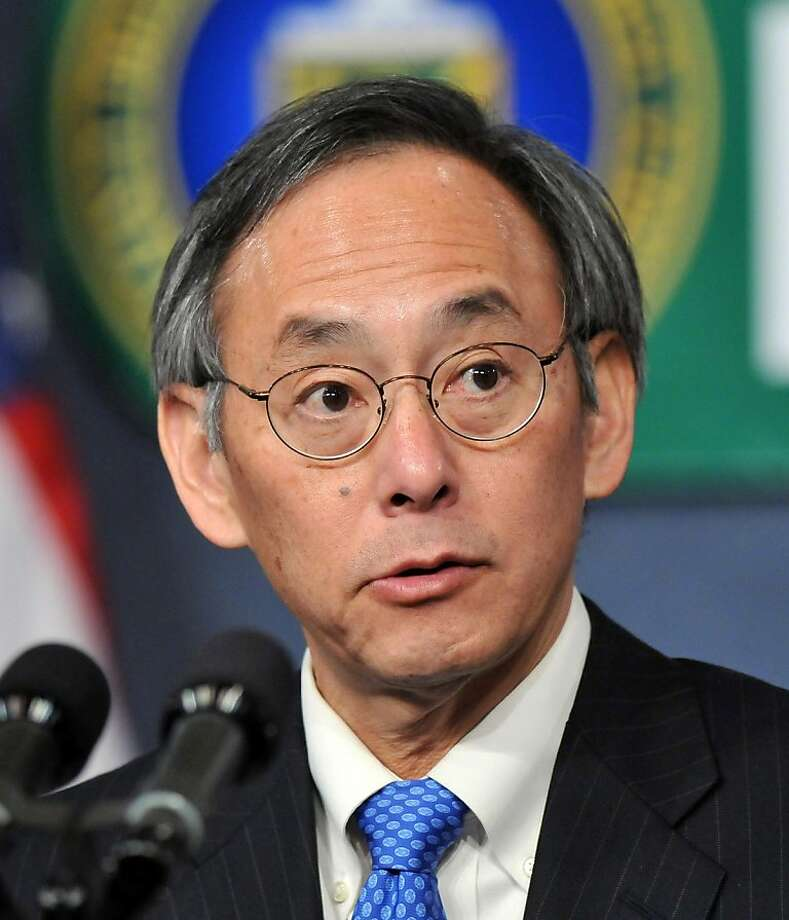 WASHINGTON - FEBRUARY 5:  U.S. Secretary of Energy Dr. Steven Chu (R) introduces U.S. President Barack Obama to employees at the United States Department of Energy February 5, 2009 in Washington, DC. Obama announced he has ordered the goverment to establish higher energy standards for household appliances.  (Photo by Ron Sachs-Pool/Getty Images) Ran on: 02-07-2009 Steven Chu Ran on: 10-05-2011 Energy Secretary Steven Chu will probably be called to testify. Ran on: 10-05-2011 Energy Secretary Steven Chu will probably be called to testify. Photo: Pool, Getty Images