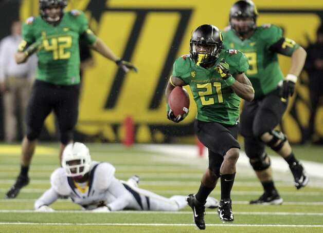 Oregon running back LaMichael James (21) heads downfield during the first half of their NCAA football game in Eugene, Ore.,  Thursday, Oct. 6, 2011.  James ran for 239 yards and a touchdown before he was carted off the field in the second half with an arm injury.  Oregon won 43-15.(AP Photo/Don Ryan) Photo: Don Ryan, AP