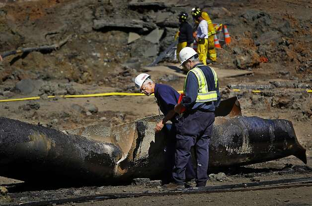 Federal investigators examine a 40-foot section of pipeline on Glenview Drive in San Bruno, in the area where eight people were killed and 38 homes destroyed. Photo: Paul Chinn, The San Francisco Chronicle