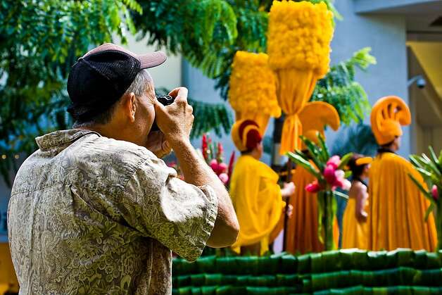 Photographer taking pictures of the 2008 Aloha Festivals parade Photo: Tor Johnson, HTA