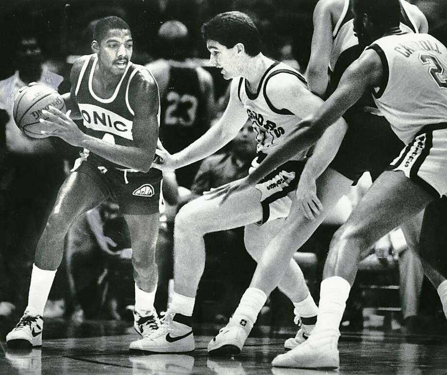 Golden State Warrior Chris Mullin plays his first professional game against the Seattle Sonics. Nov. 6, 1985. Photo: Tom Levy, The Chronicle