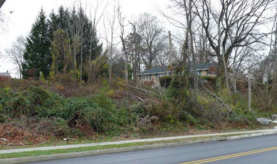 The Representtative Town Meeting turned down a gift of open space property at the corner of Vermont Avenue and Kings Highway. Photo: Genevieve Reilly / Fairfield Citizen