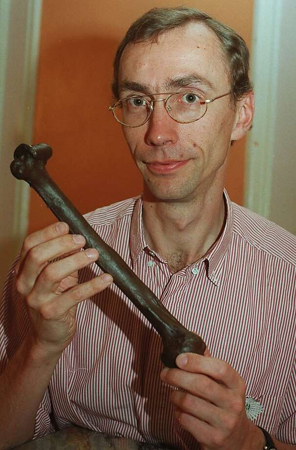 Svanto Paabo holds a replica Neanderthal bone, at a London press conference Thursday July 10, 1997. A sample from the original bone has yielded a DNA sample, and has led Paabo and scientits from the Zoological Institute at the University of Munich to say that Neanderthals are a different and now extant species from the current Homo sapiens. (AP Photo/Alastair Grant) ALSO Ran on: 10-19-2007 Biologist Svante Paabo says Neanderthals possessed a gene {ndash} FOXP2  --  critical to speech.  Ran on: 08-26-2011 Svänte Paabo holds a replica Neanderthal bone. Ran on: 08-26-2011 Svänte Paabo holds a replica Neanderthal bone. Photo: Alastair Grant, AP
