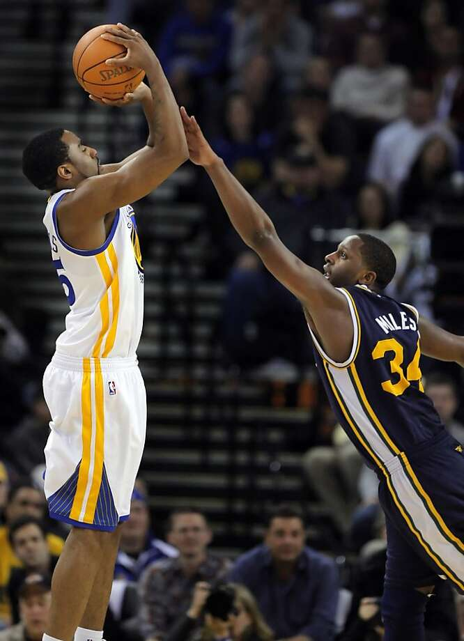 Reggie Williams puts up a shot in the fourth quarter as he is defended by Utah's C. J. Miles at Oracle Arena in Oakland on Sunday. Photo: Carlos Avila Gonzalez, The Chronicle