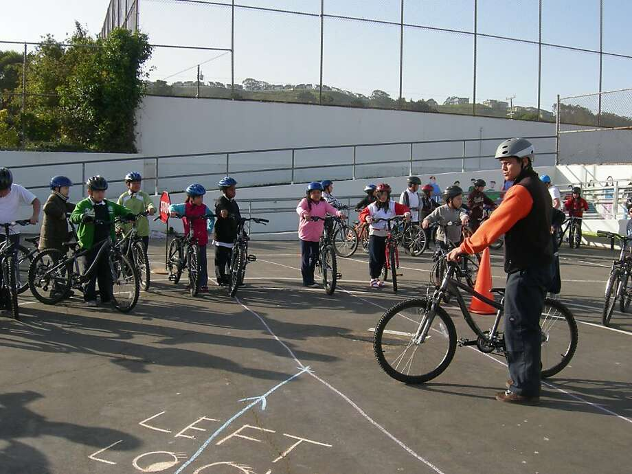 Jason Serafino-Agar teaches a Safe Routes to School class at Longfellow Elementary School. Photo: S.F. Bicycle Coalition